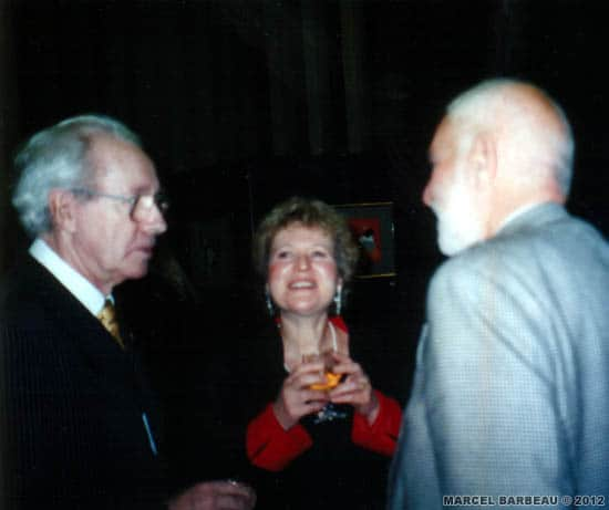 "Marcel Barbeau, Ninon Gauthier et le sculpteur britannique Sir Anthony Caro au vernissage de l'exposition ""Marcel Barbeau Mastering the accidental"", Churchill College Gallery, University of Cambridge, 30 octobre 1998. Photo Marie-Hélène Camus, avec l'aimable permission de cette dernière. © Marie-Hélène Camus."